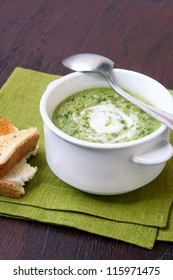Broccoli and rocket soup with yoghurt