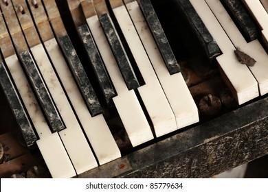 broken piano keyboard