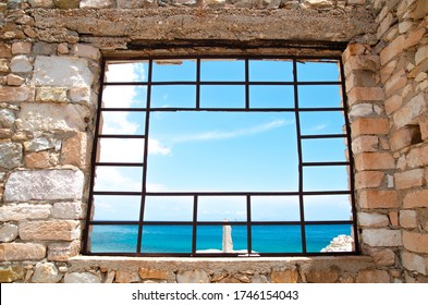 Ein kaputtes Fenster mit Blick aufs Meer