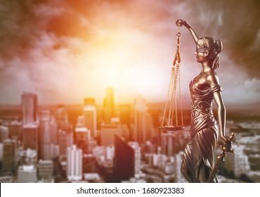Bronze-Dame mit Maßstab, Symbol für Gerechtigkeit und Recht auf Stadthintergrund