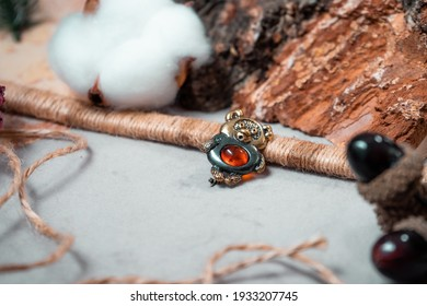 Brooch in the form of winnie the fluff of bronze and amber