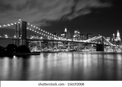 Pont de Brooklyn en noir et blanc. Scène nocturne