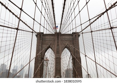 Brooklyn bridge with de American flag on the top