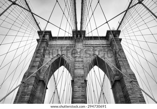 Бруклинский мост Нью-Йорка близко к архитектурной детали в вечном черно-белом