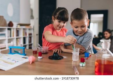 Bruder und Schwester führen zu Hause chemische Experimente durch