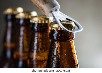 Brauneis-Kaltbier-Flaschen mit Wassertropfen und alter Öffnung