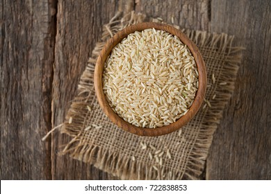 Brown rice in a bowl on wooden Ñ?гкаÑ?Ñ�Ñ?
