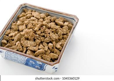 brown sugar lump in square bowl