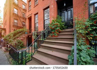 in einem Gebäude aus Brachstein an einer ikonischen Straße in Manhattan, New York City