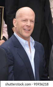 BRUCE WILLIS on Hollywood Boulevard where he was honored with the 2,321st star on the Hollywood Walk of Fame. October 16, 2006  Los Angeles, CA Picture: Paul Smith / Featureflash