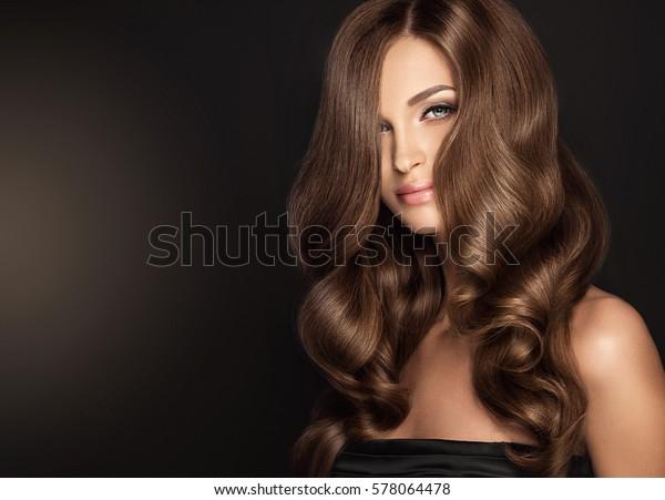 Brunette Fille Aux Cheveux Ondules Longs Photo De Stock Modifier Maintenant 578064478