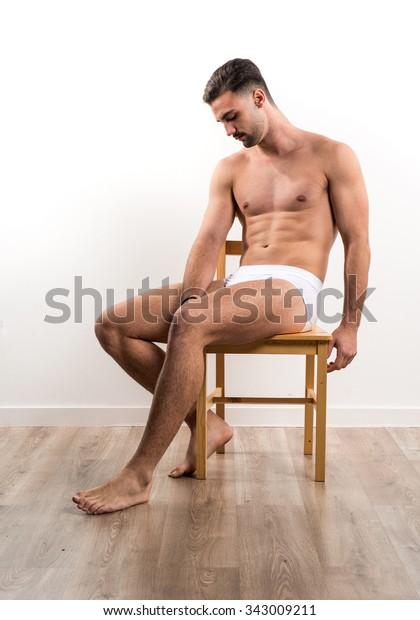 Обнаженный Мужчина Сидит