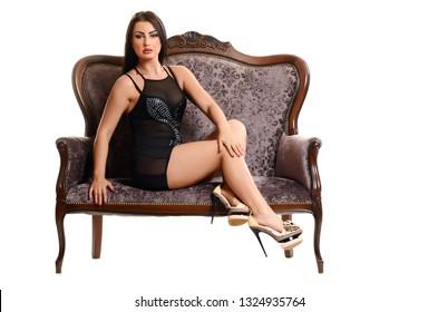 brunette sexy Frau in schwarzem Kleid auf weißem Hintergrund
