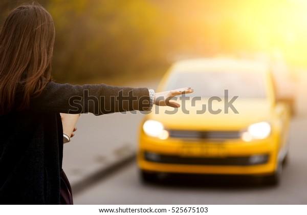 Brunette Frau Handgeste fängt Taxi auf der Straße