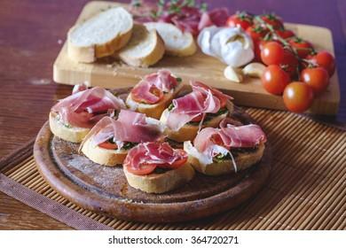 Bruschetta with cherry tomatoes and prosciutto