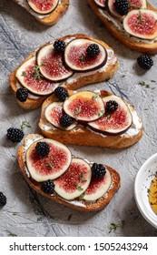 Bruschetta with figs, goat cheese and honey