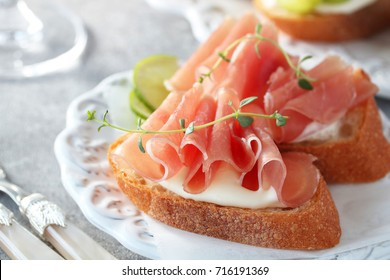 Bruschetta with prosciutto and cream cheese