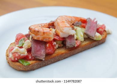 Bruschetta with roastbeef and prawns