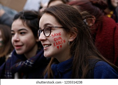 Brussels, Belgium. 20th Nov. 2018.Activists hold placards and chant slogans during a demonstration to demand immediate an action on climate change in front of European Commission headquarters