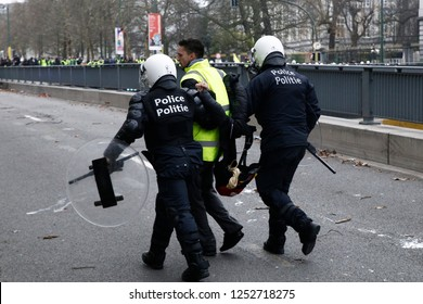 Brussels, Belgium. 8th Dec, 2018. Belgian police arrest a protestor during a protest against the rising of the fuel and oil prices by people wearing yellow vests.