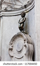 BRUSSELS, BELGIUM - OCTOBER 19: Famous Manneken Pis statue, designed by Hiëronymus Duquesnoy the Elder and put in place in 1618 or 1619 in the City of Brussels. October 19, 2012 in Brussels, Belgium.