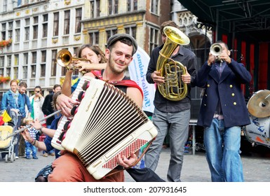 BRUSSELS, BELGIUM-SEPTEMBER 21, 2013: Unidentified urban performers participate in activities on Grand Place after ceremony of award of costume to Manneken Pis