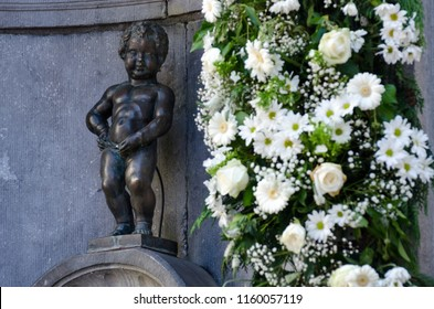 BRUSSELS - SEPTEMBER 3 2014: Famous statue of Manneken Pis (pissing boy) in Brussels