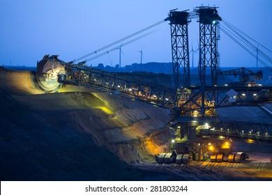Eimerradbagger im Tagebau in Deutschland am Abend