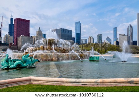 Buckingham Fountain with Chicago skyline in the background