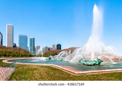 Buckingham Memorial Fountain in Grant Park and Chicago skyline on background.