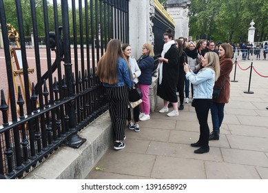 Buckingham Palace, UK, 6 May, 2019, People Queue Outside Buckingham Palace To See The Royal Birth Announcement Of Prince Harry And Meghan Markles Baby