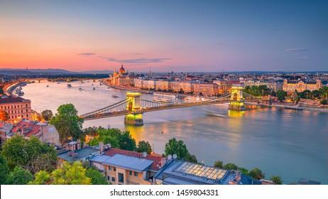 Budapest, Ungarn. Luftbild des Budapester Panoramas mit Kettenbrücke und Parlamentsgebäude bei Sonnenuntergang im Sommer.