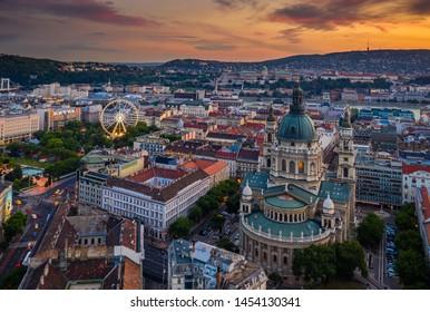Budapest, Hungría - Vista aérea de Budapest al atardecer con la Basílica de San Esteban. y la rueda de los ferris en segundo plano en el centro de Pest