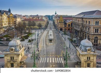 Budapest, Hungría - Vista aérea de la plaza Fovam y calles totalmente vacías en el Boulevard Vamhaz (Vamhaz korut) y el Salón del Mercado Central. No hay gente en las calles de Budapest en una mañana de primavera