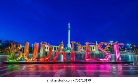 Budapest, Hungría - La hermosa y colorida Plaza de los Héroes a la hora azul