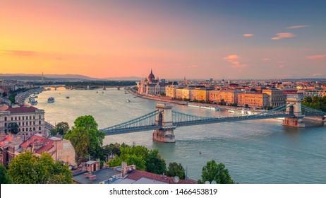 Budapest, Ungarn. Panoramabild aus der Innenstadt Budapester Panorama mit Szechenyi Kettenbrücke und Parlamentsgebäude bei Sommersonnenuntergang.