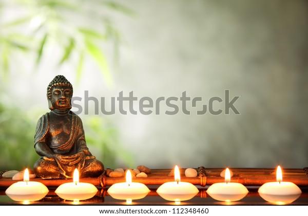 Будда и свечи, религиозная концепция.