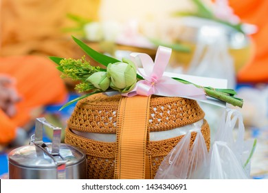 Buddhist Buddhists Food offerings and offerings of lotus Juan monks Springs On the occasion of the ceremony. To the prosperity of their own.