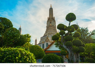 Buddhist temple in Asia (Wat Arun, the temple of dawn, Bangkok, Thailand)