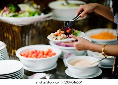 comida tipo bufé, fiesta de restauración en el restaurante, minivelas, aperitivos y aperitivos