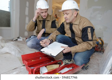 builder giving instructions to employee