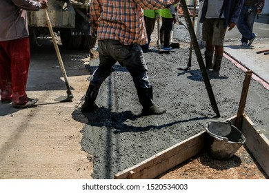 The builder is working on pouring the house floor with cement mortar.