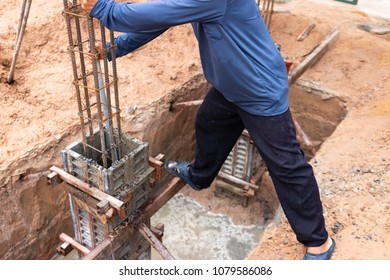 The building construction Concrete poles by worker