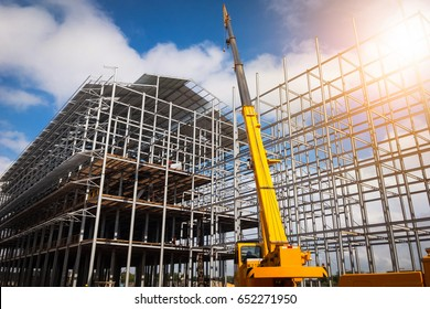 Building construction using mobile cranes