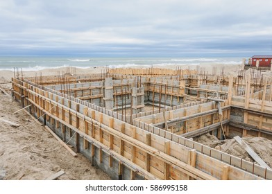 Building a house on the shore of the Black Sea, the use of boards for pouring the foundation