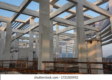 Building structure with many concrete pillars