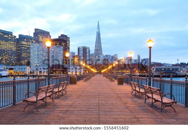 ダスク時にインバーカデロからダウンタウンに建物、米国カリフォルニア州サンフランシスコ