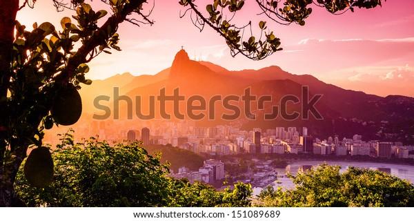 Edifícios à beira-mar com estátua do Cristo Redentor ao fundo, Corcovado, Rio de Janeiro, Brasil