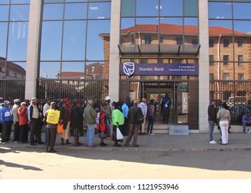 Bulawayo, Matabeleland. Zimbabwe. 26th June 2018. Zimbabweans line up outside banks for limited money allocations in cash strapped Zimbabwe.