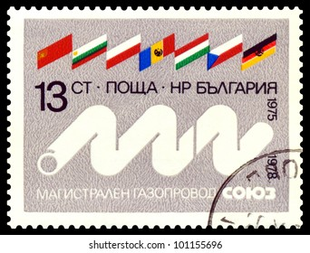 BULGARIA - CIRCA 1978: A stamp printed by Bulgaria shows  Flags  and  pipe line  Soyuz. International cooperation USSR - Europe.  circa 1978